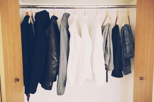 """【写真】白シャツを中心にスティーブ・ジョブズみたいな""""私服の制服化""""を目指している(右上)。"""