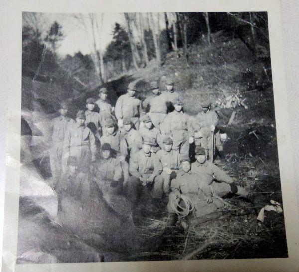 【写真】戦地にて、仲間と集まって撮った1枚。「お金持ちの息子がいて、カメラを持ってきていた。つかの間の休息でした」