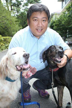 【写真】イングリッシュセッターの「ウィル」(左)と、ジャーマンポインターの雑種で「ブレス」。オスの老犬のウィルは人間が大好きでおっとりタイプ、ブレスは元気いっぱいの女の子でマイペース。吉田さんと一緒に写真を撮ろうとすると、ウィルはまったりのんびり、一方のブレスはあっちを向いたりこっちを向いたり、最後は伏せをしたかと思ったら、そのままゴロ~ンと横になってしまいました!