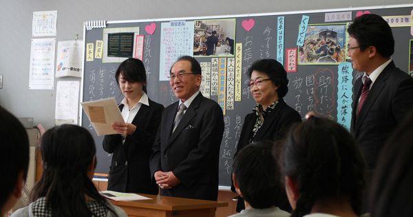 【写真】'13年、両親は埼玉県の小学校で「生命尊重」がテーマの道徳の公開授業に参加し、交流を深めた(奨学会提供)