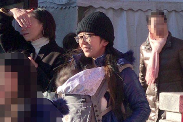 """岩崎ひろみが娘たちとお揃いコーデで初詣、垣間見えた""""子育てへの ..."""