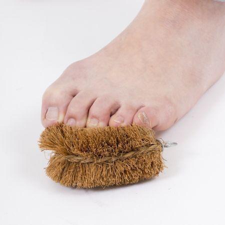 イスに座ったまま、素足になり、床に置いたたわしを軽く踏んでいく。片足ごとに1分間、たわしを踏み踏み。足の指の付け根周辺を中心に、イタ気持ちいい刺激を与える。