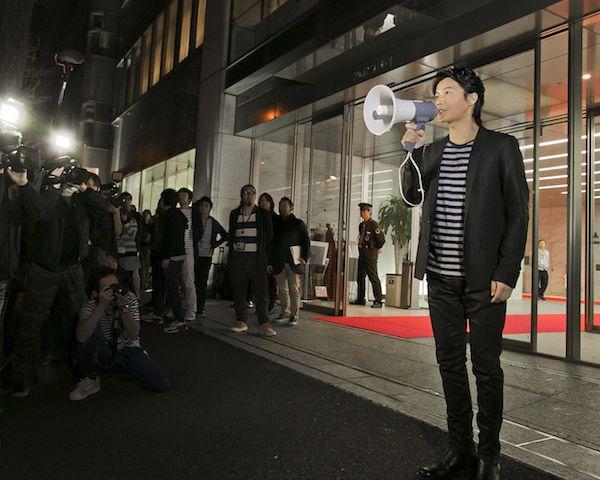 最終回の放送終了後、ニッポン放送から出てきた福山は、待っていたリスナーに向けて拡声器を使いメッセージを
