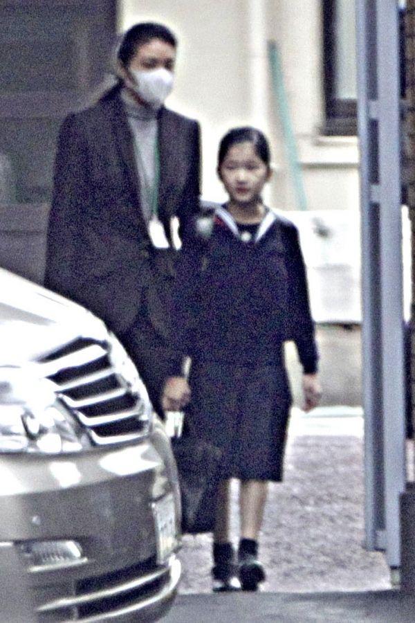 雅子さまに付き添われて、車で登下校されることが多かった(初等科3年・'10年12月)