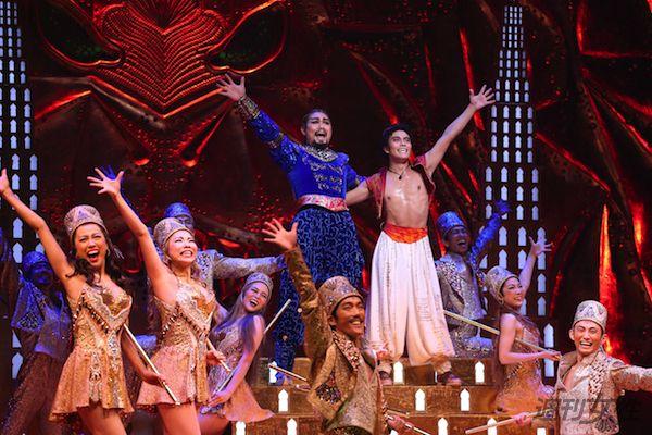 主人公・アラジンを演じている島村幸大さん(中央右)、ランプの魔人・ジーニーを演じている瀧山久志さん(中央左)