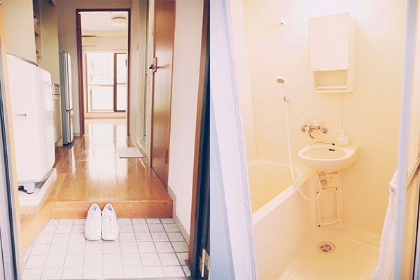 【写真】玄関には今日はいていく靴だけ(左)。ラックは置かない。リンスもない。液体の石けんで全身を洗う(右)。
