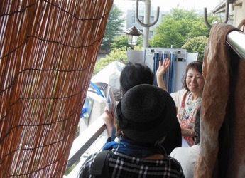 太陽熱を集めて料理もできる、と藤井さんのご自宅のベランダで