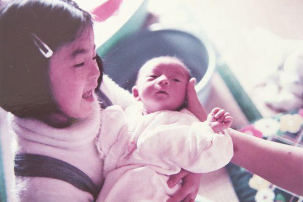 [写真]母の正恵さんによれば、真紀さんは、よく弟たちの面倒を見る子どもだったという