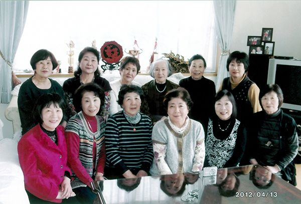 【写真】前原小学校時代の卒業生たちと(ツチヱさんの自宅で)。後列右端が宗久子さん