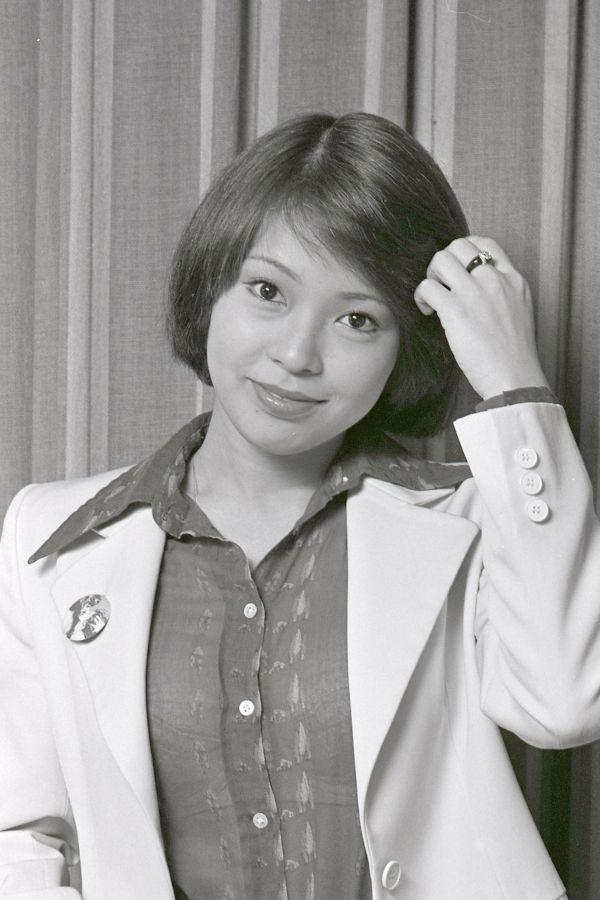 昭和52年当時の岡崎。歌手としても活動し、国民的人気アイドルだった