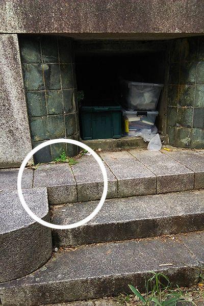 ↑ニャロメの落書きがされたため「ニャロメの塔」と呼ばれるようになった慰霊碑の台座に横たわった姿で波田さんは発見された。台座にはまだうっすらと血痕が