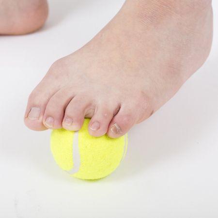イスに座って、足の指でテニスボールをつかむイメージで行う。実際にボールを持ち上げる必要はなく、指の股が開き、伸びればOK。片足ごとに1分ずつ行う。