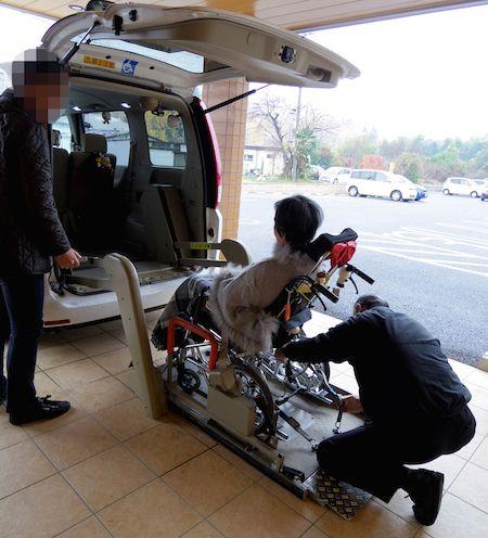 電動車イス対応の車で病院へ。敏郎さんは慣れた手つきで固定フックを装着する