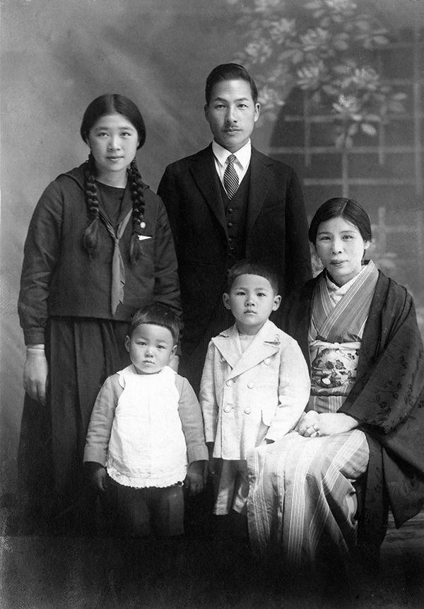 【写真】県立筑紫高等女学校1年生(12歳)のときに両親、弟たちと。ツチヱさんは友達も多く、学校でもリーダー的な存在だった