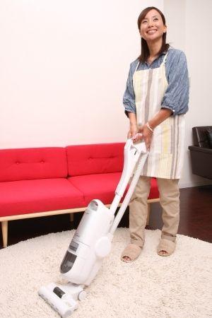 掃除機は身体の正面、腰の高さで持ち、両手でまっすぐ前に向かってかける。
