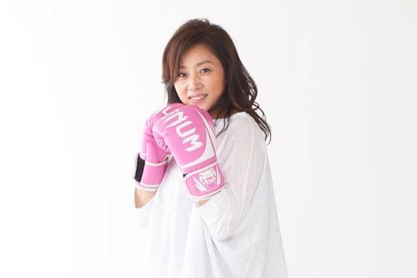 ピンクのボクシンググローブを着けて構えている藤吉久美子の画像