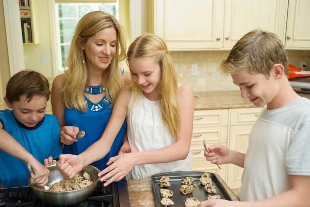 家族で料理を作るシーン