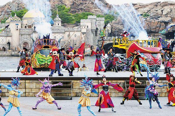 [photo]ヴィランズに招待され、ミッキーたちも仮装してパーティーに参加。ヴィランズはそれぞれの魅力をダンスでアピール。各バージ(船)も迫力満点!