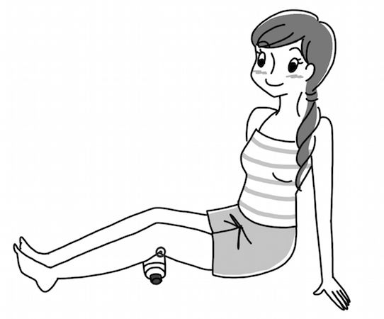 """【メソッド2】ペットボトルを横にして置き、その上にひざの裏にある""""委中""""というツボに押し当てる。当て方の要領は【メソッド1】と同じ。左右行う。"""