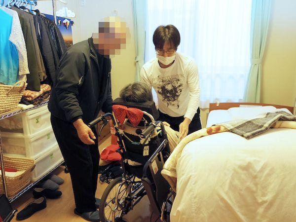 お世話の間じゅう笑顔を絶やさない男性職員。敏郎さんも妻に優しい眼差しを向ける