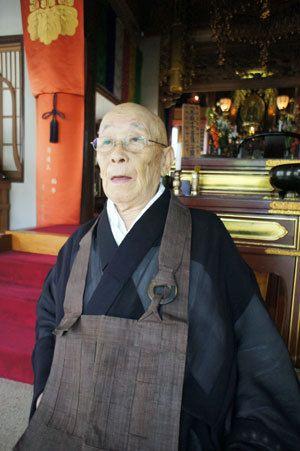 【写真】酒井さんが住職を務める曹洞宗「廣壽寺」の本堂で。戦時中は本土防衛の飛行機乗りだった
