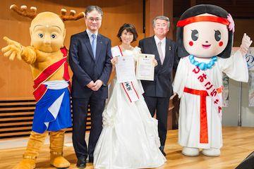せんとくん(奈良県のマスコットキャラ)、ひみこちゃん(桜井市のマスコットキャラ)らとともに記念写真