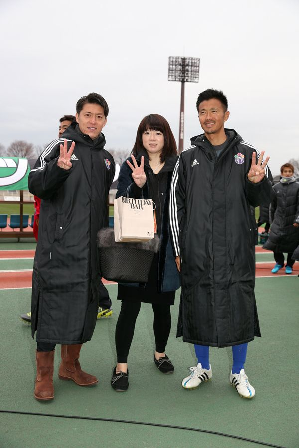 [写真]試合後に、佐藤由紀彦氏(右)、田中隼麿選手(左)と