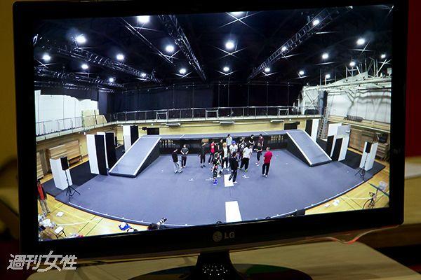 【写真】客席後方から見た舞台の様子をモニターで確認。モニターは舞台正面に設置してあり、キャストはそれで確認しながら高い位置にいる観客まで届く芝居を作っていく
