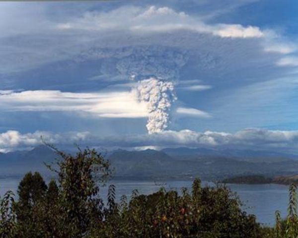 2010年にチリ中部で発生したマウレ地震では、プジェウエ・コルドン・カウジェ山が大噴火(写真は高橋教授提供)