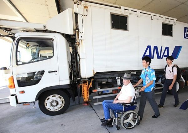 那覇空港からの羽田便はタラップでの搭乗だったため、リフトバス(パッセンジャーボーディングリフト/リフトが付いた空港内専用車)を利用した。